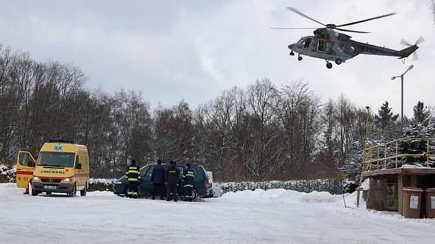 Mladá řidička v Chebu na silnici směrem k Pomezí dostala smyk a srazila se s protijedoucím vozidlem. Žena skončila s poraněním hlavy v plzeňské Fakultní nemocnici, kam ji přepravil vrtulník, druhý řidič vyvázl lépe a je v nemocnici v Chebu.