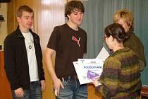 STUDENTI Martin Pauch a Jan  Hamar (zleva) převzali z rukou Martinÿ Belasové za pomoc nevidomým památeční list a symbolický dárek.