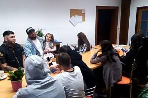 Děti při setkání se zpěvákem Járou Olahem
