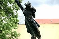 Letící dívka, Napíchnutá nebo Panna na špízu stávala dříve u kruhového objezdu u Cup Vitalu v Mariánských Lázních. Nyní už má místo nové.