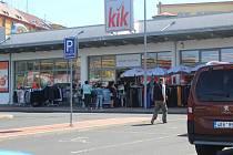 Před některými obchody se tvořily fronty. Lákaly hlavně slevy.