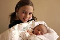 ANTONÍN SEIDL se poprvé rozkřičel v úterý 17. března v 6.30 hodin. Při narození vážil 3200 gramů a měřil 52 centimetrů. Na návštěvu do porodnice za svojí tetou a bratrancem přišla také Martinka.