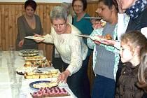 KOLÁČ, DORT nebo buchty? Už léta slaví dámy v Okrouhlé u Chebu svátek Mezinárodního dne žen kláním ´Pečeme, vaříme, smažíme...´, které vymyslela dvojice místních po vzoru populární kulinářské televizní soutěže.