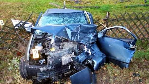 DOPRAVNÍ NEHODA se stala u chebské přehrady Jesenice. Muž v zeleném voze chtěl předjíždět, ale nevšiml si protijedoucího auta. Bilance je škoda přes 200 tisíc korun a dva zranění.
