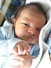 ADAM PETÍK se narodil v pátek 10. února ve 13.25 hodin. Při narození vážil 3200 gramů a měřil 48 centimetrů. Doma v Chebu se z malého Adámka radují sourozenci Karolínka s Martinem, maminka Lucka a tatínek Martin.