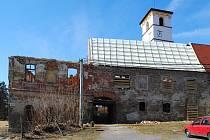 DOMINANTA HAZLOVA. Zámek s kostelem býval centrem společenského života. Nyní se chátrající stavba pomalu opravuje a snad se dočká zašlé slávy.