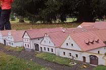 DALŠÍ MODEL. Miniaturpark Boheminium v Mariánských Lázních představil nový model, komplex třiadvaceti usedlostí v Holašovicích.