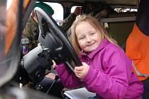 ŠESTILETÁ Eliška Drbalová z Chebu si vyzkoušela, jaké je to být za volantem vojenského 'UAZu'.