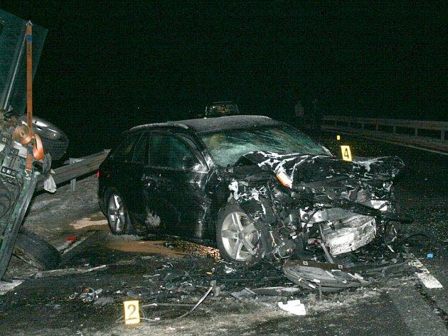 TAKTO VYPADALO PO NÁRAZU německé Audi. Čtyřčlenná osádka vozidla skončila v nemocnici v německém Selbu. Viník nehody, 56letý Čech ,a jeho 49letý spolujezdec na místě zemřeli. Ke kolizi došlo v sobotu v podvečer na obchvatu Aše.