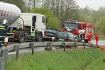 V chebské Vrázově ulici se střetl se kamion s terénním vozem. Zemřel jeden člověk.