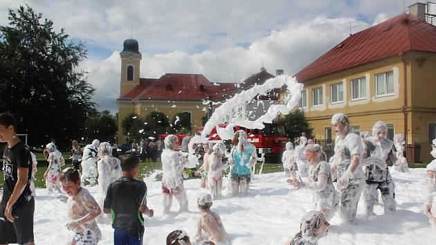 DĚTSKÝ DEN si v Milíkově užili všichni, kteří mají rádi soutěžení, divadlo i pěnu.