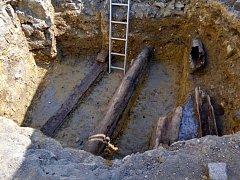 Archeologové nalezli při výkopových pracích v Chebu část historického potrubí.