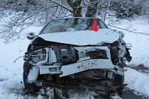 Zranění a škoda 200 tisíc korun. Taková je bilance dopravní nehody, která se stala na silnici III/2175 ve směru od Aše na Podhradí.