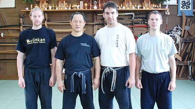ČLENOVÉ chebské studijní skupiny Bujinkan Dojo měli možnost studovat bojové umění v Japonsku. Na fotografii Roman Kříž (vlevo), Pavel Slavík a Jaroslav Málek (zprava) společně se Shihanem Nagato Senseiem.