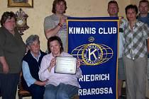 Šťastní členové chebského Kiwanis klubu a jejich nové ocenění