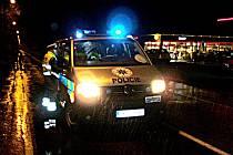 POLICISTÉ VYŠETŘOVALI dopravní nehodu v Mariánských Lázních. Řidička stříbrné Škody Octavia srazila dvaapadesátiletého muže.
