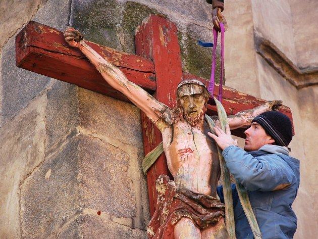 DŘEVĚNÝ KŘÍŽ S KRISTEM z chebského kostela Zvěstování Panny Marie je od čtvrtka u restaurátorů.