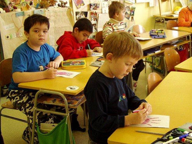 KROMĚ SKALENSKÝCH DĚTÍ museli všichni ostatní žáci základních škol na Chebsku na vyučování. V jejich školách nebylo ředitelské volno vyhlášeno.