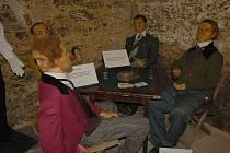 FIGURÍNY z vosku zaujaly v podzemí chebského muzea nejen dospělé, ale i dětské návštěvníky. Mají všem ukázat, jaká postižení lidem příroda nadělila.