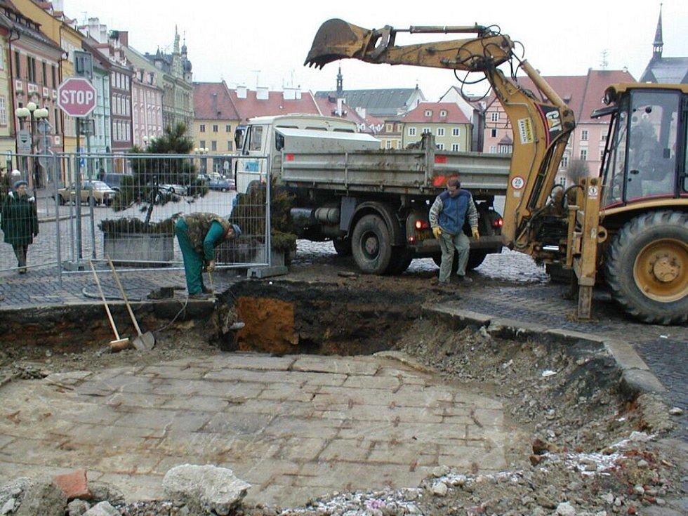 Archeologický průzkum dna horní kašny na chebském náměstí Krále Jiřího z Poděbrad
