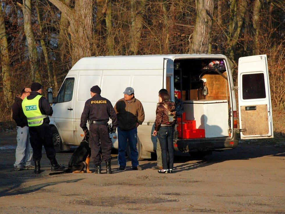 Kontrola cizinecké policie na výjezdu z Chebu směrem k hraničnímu přechodu Svatý Kříž