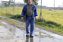 Josef Glázer ze Skalné denně používá cestu zaplavenou splašky. Ty k jeho domu stékají z okolních domů. Město chce zatím situaci vyřešit provizorně, nová kanalizace se má začít stavět 1. března příštího roku.