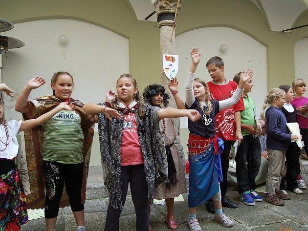 Letní výtvarná dílna v chebském muzeu skončila dětským vystoupením na nádvoří chebské kavárny U kamene.
