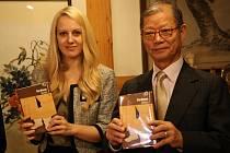Překladatelka Petra Ben-Ari s bratrem korejské spisovatelky Han Musuk. Potkali se před pěti lety v jihokorejském Soulu.