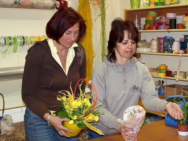 PLNÉ RUCE PRÁCE MAJÍ TAKÉ v období Velikonoc Drahuše Dubaničová (vlevo), majitelka květinářství Violka na chebském náměstí, a Blanka Uhlíková.