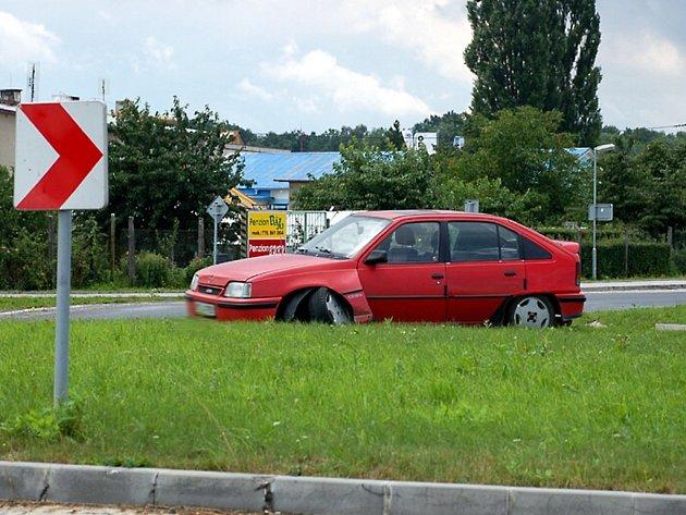PROJET kruhovou křižovatku u průmyslového parku v Chebu rovně znamená rozbít si auto. Přesvědčil se o tom i řidič vozidla na snímku. Dnes by už křižovatku nepřehlédl.