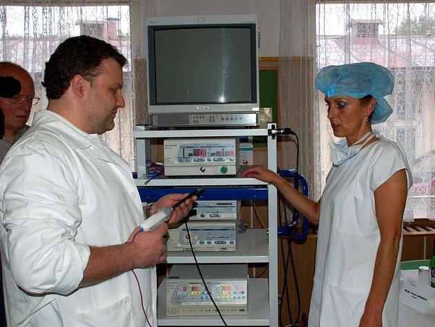 Nejmodernější technku používají v nemocnici v Mariánských Lázních. Na snímku přístroj Ligasure na lepéní tkání pulsní vysokofrekvenční energií