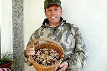 """""""PENÍZOVKA je sice drobná, ale při větší trpělivosti se dá nasbírat dostatek plodniček na vaření,"""" ukazoval zkušený chebský mykolog Jiří Pošmura."""