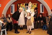 Vánoční strom už svítí také v Pomezí na Ohří. Místní si jeho slavnostní rozsvícení užili za zvuku flétny, na kterou zahrála Réka Šuba. Připravený byl ale také program pro ty nejmenší, na které čekala pohádka v podání herců Západočeského divadla v Chebu. P