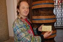 Marcel Fišer na snímku s jedním darovaným exponátem.