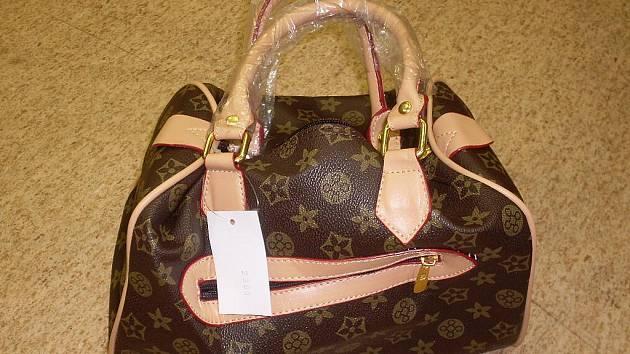 JEDNA Z NAPODOBENIN kabelky známe značky Luis Vuitton  zabavená chebskými celníky, by bez jejich práce  skončila pravděpodobně na tržnici.