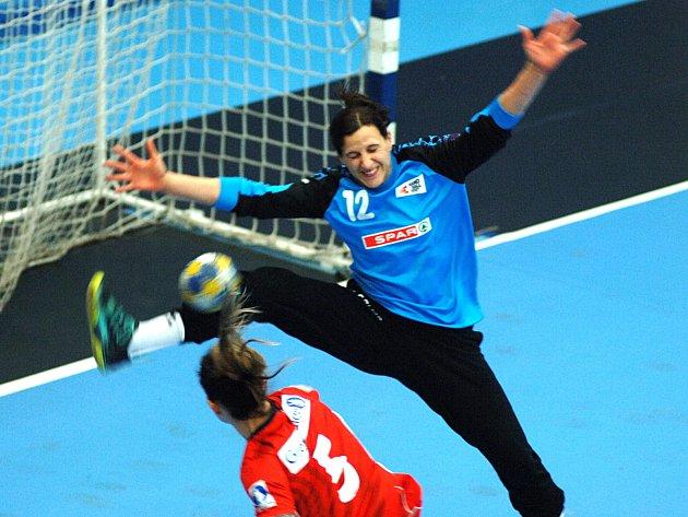 Házenkářky Norska (včerveném) si na úvod turnaje poradily svýběrem Švýcarska.
