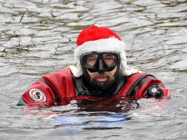 Nultý ročník zimního plavání v Ohři, který je určený výhradně pro potápěče, se uskutečnil v Chebu.