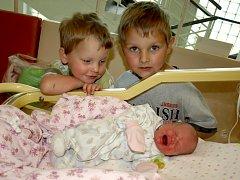 JANA KOHOUTOVÁ se poprvé rozkřičela v pátek 11. května ve 4.52 hodin. Na svět přišla s váhou2490 gramů a mírou 46 centimetrů. Z malé Janičky se těší doma v Tršnicích bráškové Kulíšek s Bambinem, sestřička Julinka, maminka Jana a tatínek Jiří.
