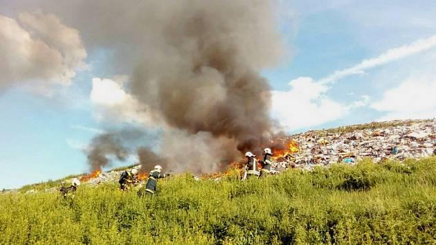 Skládka odpadu hoří u Tisové.