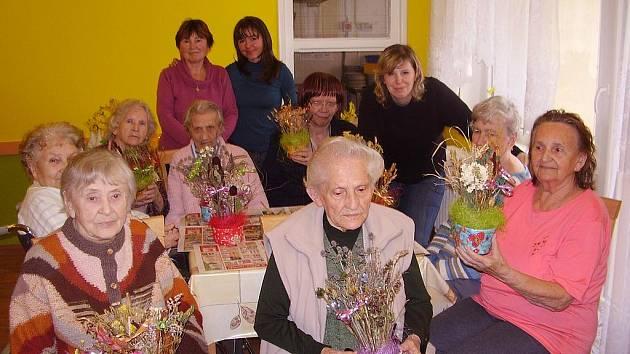 Občanské sdružení Vinice zpříjemnilo odpoledne klientům Domova pro seniory v Dragounské ulici v Chebu.