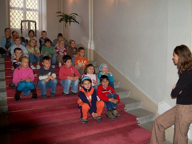 Chebští školáci při návštěvě galerie