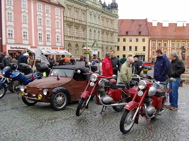 Motocykly Jawa na chebském náměstí