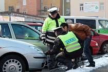 MLADÝ řidič nedokázal zabránit střetu, když mu v Dukelské ulici směrem k Májové vběhl do cesty sedmiletý chlapec.