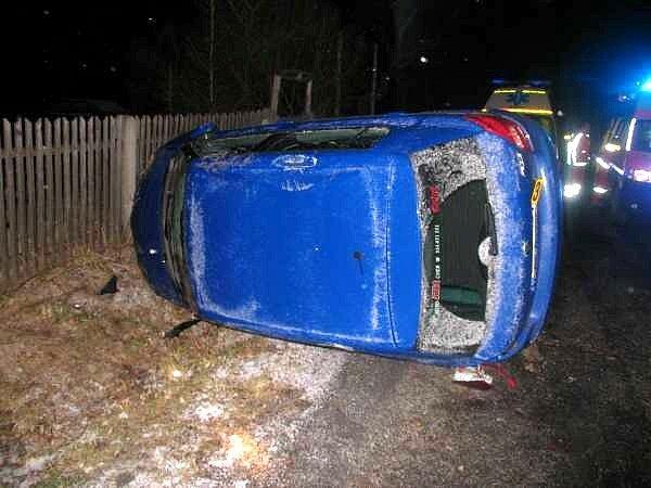 Řidič Škody Fabia se na silnici mezi Pastvinami a Hranicemi u Aše nevěnoval řízení a převrátil se na bok. Policisté navíc při dechové zkoušce zjistili hodnotu 2,94 promile alkoholu v dechu