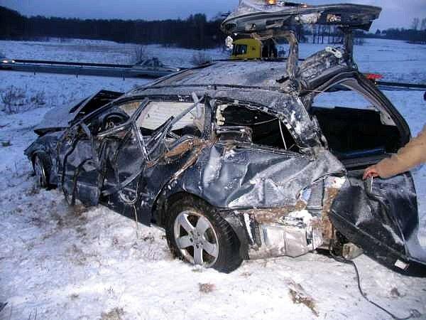 Devatenáctiletý řidič Mercedesu Benz nepřizpůsobil rychlost jízdy stavu a povaze vozovky. Při nehodě se několikrát jeho vozidlo převrátilo. Muž utrpěl těžká poranění