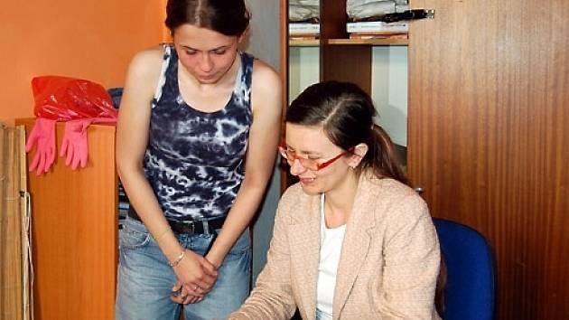 Štěpána Galinová (vlevo) a ředitelka Kotce Markéta Černá zabaví mladé lidi koncertem