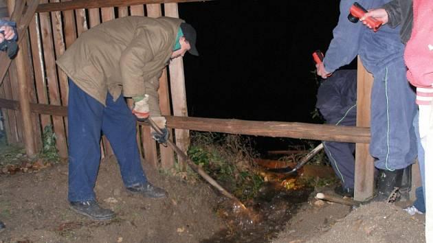 UVOLNILI VODĚ CESTU.  Skalenští hasiči museli v pátek večer pomocí krumpáčů a lopat uvolnit cestu vodě z přetékajícího rybníka. Voda hrozila zatopit několik rodinných domů.