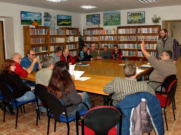 Seznámení občanů s dokumenty týkajícími se jeijich podnětu. Starosta Jiří Bytel stojí úplně vpravo