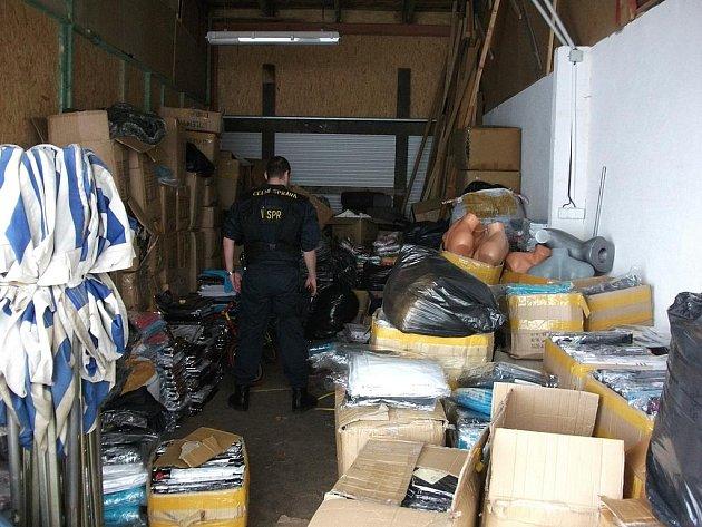 Téměř deset tisíc padělků textilu a kožené galanterie luxusních značek zadrželi chebští celníci v tržnici Asia Dragon Bazar na Svatém Kříži.
