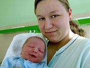 ADAM ŠEFČÍK se narodil v úterý 3. listopadu ve 13.47 hodin. Při narození vážil 3490 gramů a měřil 51 centimetrů. Tatínek Roman má ze synka Adámka velkou radost a už se nemůže dočkat, až budou všichni i s maminkou Andreou doma v Chebu.